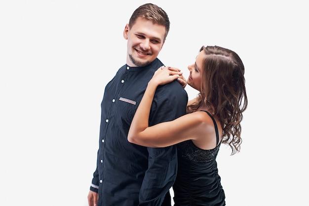 Portrait de jeune couple en robe de soirée élégante et chemise isolé sur blanc.