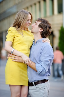 Portrait de jeune couple romantique belle à la ville