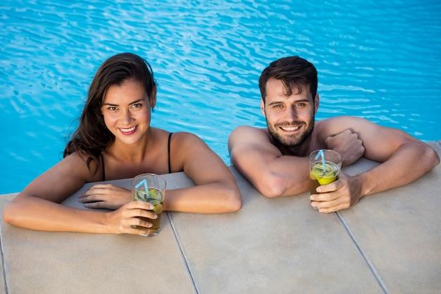 Portrait de jeune couple romantique se détendre dans la piscine