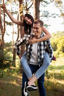 Portrait de jeune couple s'amusant ensemble