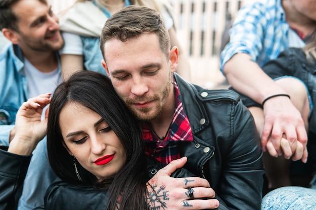 Portrait de jeune couple sensuel et affectueux en étreinte
