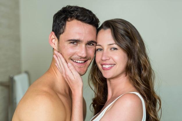 Portrait de jeune couple souriant dans la salle de bain