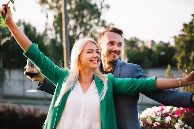 Portrait de jeune couple souriant sans soucis au parc