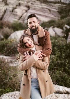Portrait de jeune couple souriant