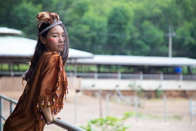 Portrait de jeune cow-girl à l'extérieur