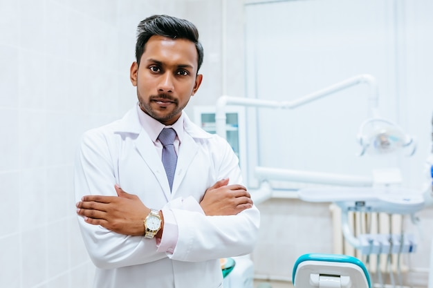 Portrait d'un jeune dentiste asiatique asiatique confiant en clinique. concept de clinique dentaire