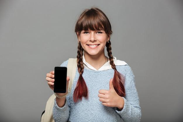 Portrait d'une jeune écolière joyeuse