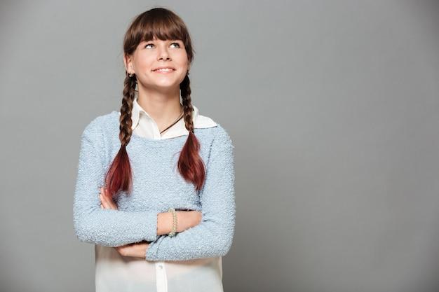 Portrait d'une jeune écolière souriante