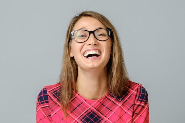 Portrait, de, jeune, émotionnel, belle femme, rire