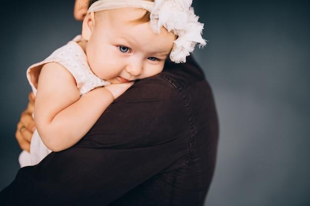 Portrait d'un jeune enfant heureux