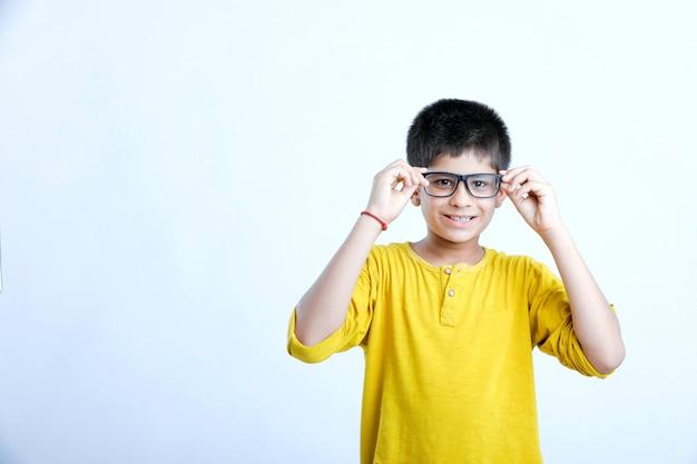 Portrait de jeune enfant mignon indien