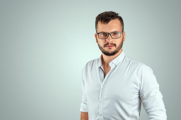Portrait d'un jeune enseignant de sexe masculin sur un fond clair