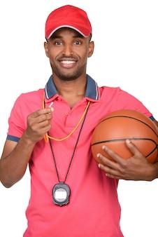 Portrait d'un jeune entraîneur de basketball.