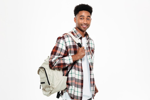 Portrait d'un jeune étudiant africain mâle souriant