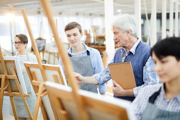 Portrait de jeune étudiant en art