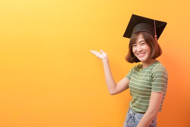 Un portrait de jeune étudiant asiatique portant une casquette de graduation.