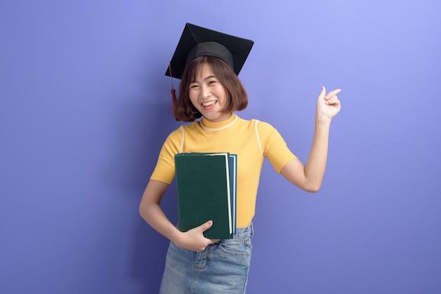 Un portrait de jeune étudiant asiatique portant une casquette de graduation sur