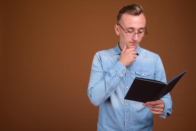 Portrait, de, jeune étudiant, homme, lecture livre, et, pensée