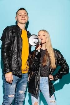 Portrait de jeune étudiante émotionnelle avec mégaphone