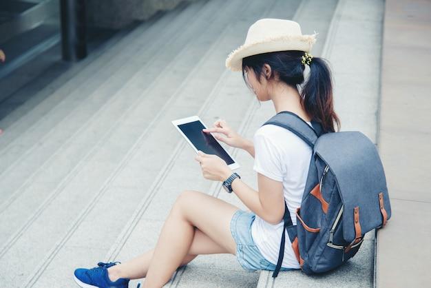 Portrait de jeune étudiante fille souriante travaillant et apprenant sur ordinateur portable
