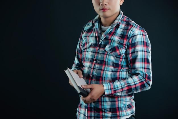 Portrait De Jeune étudiante Souriante Avec Des Livres Photo gratuit