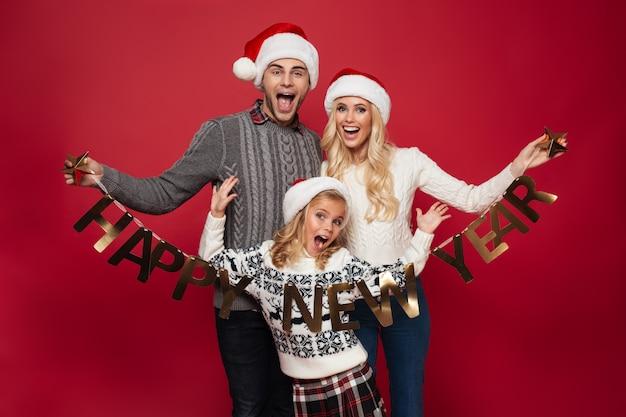 Portrait d'une jeune famille excitée