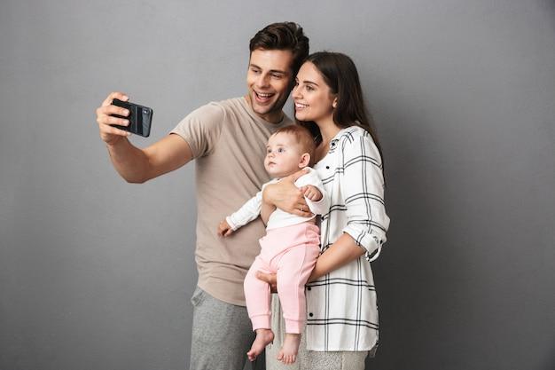Portrait d'une jeune famille heureuse avec leur petite fille
