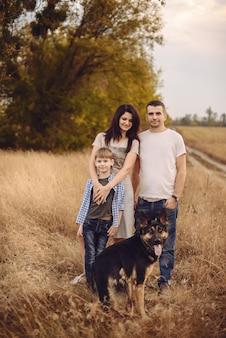 Portrait d'une jeune famille et leurs chiens à l'extérieur