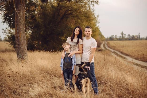 Portrait d'une jeune famille et de leurs chiens à l'extérieur
