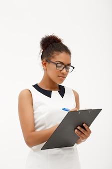 Portrait de jeune femme d'affaires africaine réussie sur blanc