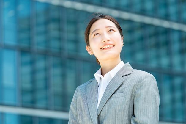 Portrait de jeune femme d'affaires asiatique dans un quartier de bureaux