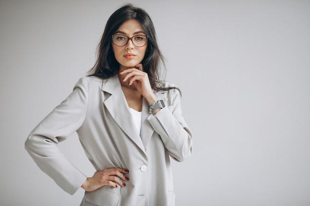 Portrait d'une jeune femme d'affaires au bureau