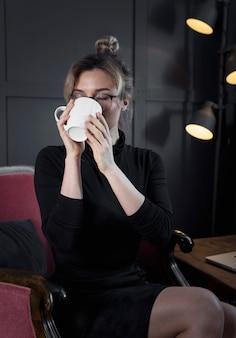 Portrait, jeune, femme affaires, avoir, café