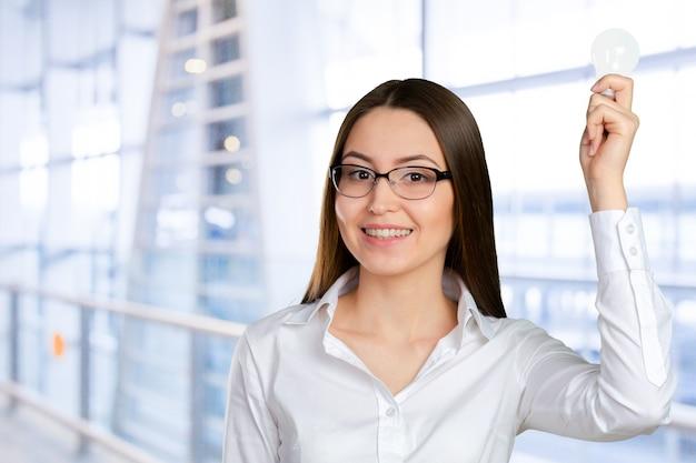 Portrait d'une jeune femme d'affaires ayant une brillante idée