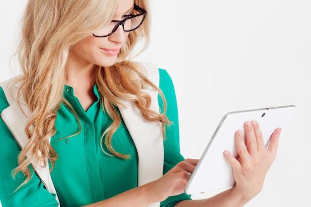 Portrait de jeune femme d'affaires confiant, utilise une tablette