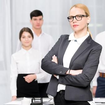 Portrait de jeune femme d'affaires confiante avec son collègue