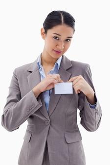 Portrait d'une jeune femme d'affaires coupant son badge