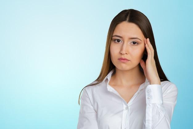 Portrait de jeune femme d'affaires déprimée et triste