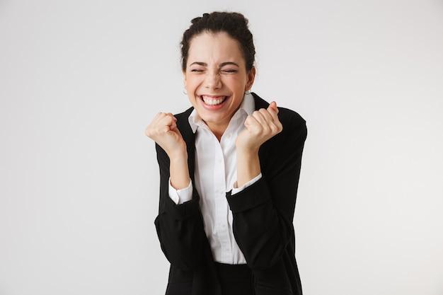 Portrait d'une jeune femme d'affaires excitée