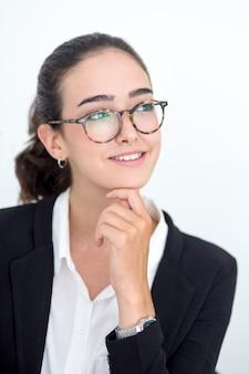 Portrait d'une jeune femme d'affaires heureuse qui rêve