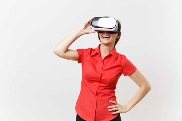Portrait de jeune femme d'affaires intelligente en chemise rouge, jupe noire en casque de réalité virtuelle sur la tête isolée sur fond blanc. éducation ou enseignement du futur dans le concept d'université de lycée.