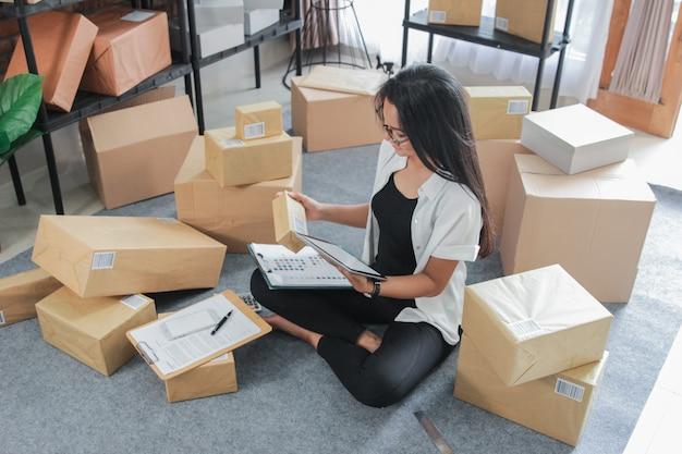 Portrait jeune femme avec des affaires en ligne travaillant à la maison