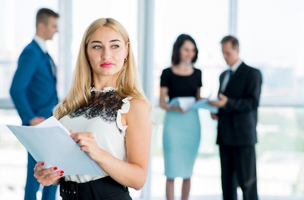 Portrait d'une jeune femme d'affaires munies de documents