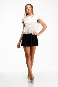 Portrait de jeune femme d'affaires prospère sur fond blanc.