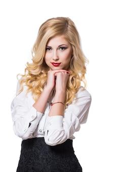 Portrait de jeune femme d'affaires souriante heureuse, isolé sur fond blanc