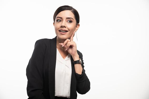 Portrait de jeune femme d'affaires souriante posant.