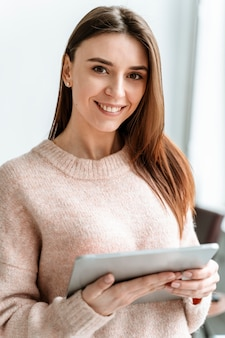 Portrait jeune femme d'affaires avec tablette