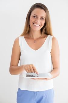 Portrait de jeune femme d'affaires utilisant le pavé tactile