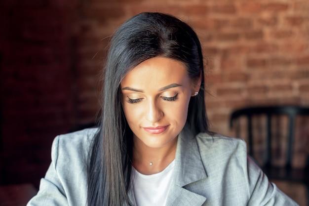 Portrait de jeune femme d'affaires.