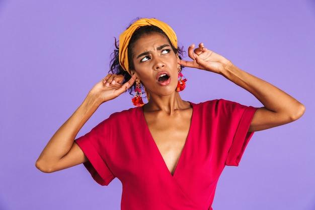 Portrait d'une jeune femme africaine inquiète en bandeau